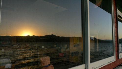 窓に沈む夕日