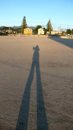影人 影人 大村 グランドを横切ってると影人の存在に気づきました 手を振ると... はらかいてエ