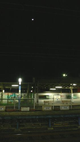 駅と三日月