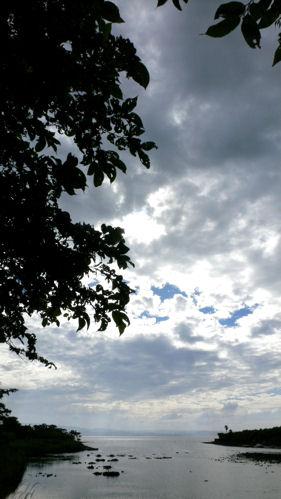 押し寄せる雲